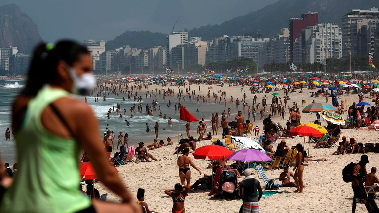 Brasil no escarmienta: son el segundo País en contagios y muertes, poro hay Playas repletas por el fin de semana largo