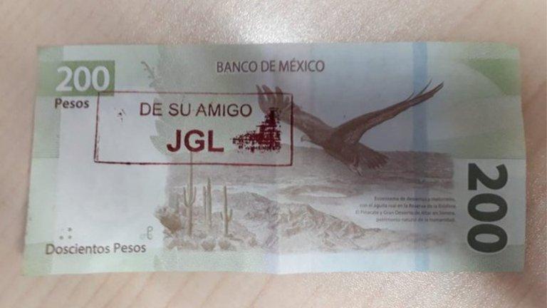"""""""De su amigo JGL"""": los billetes con las iniciales del """"Chapo"""" que salen del cajero y son válidos en Culiacán"""