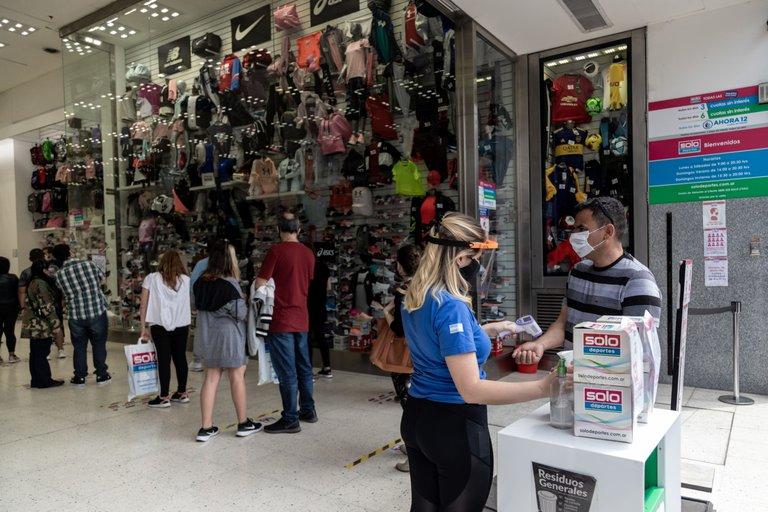 Autos, vestidos, zapatillas, agua embotellada y pan: cuáles son los precios en los que Argentina es más cara que el resto de los países