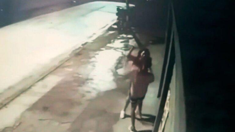 Locura total: una joven mató de una puñalada en el corazón a su pareja y fue captada por una cámara de seguridad