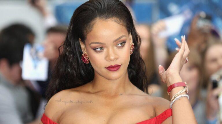 Polémica en India por foto en topless de Rihanna con una imagen del dios Ganesh