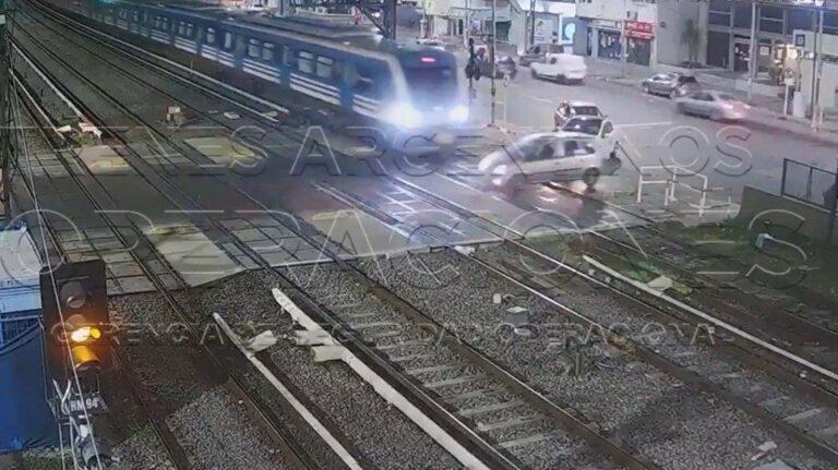 VIDEO IMPACTANTE: Así embistió el tren Sarmiento a un auto que se metió en las vías en Ramos Mejía