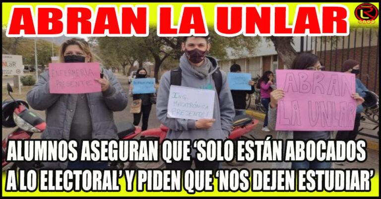 Protesta de los estudiantes en la puerta de la Universidad